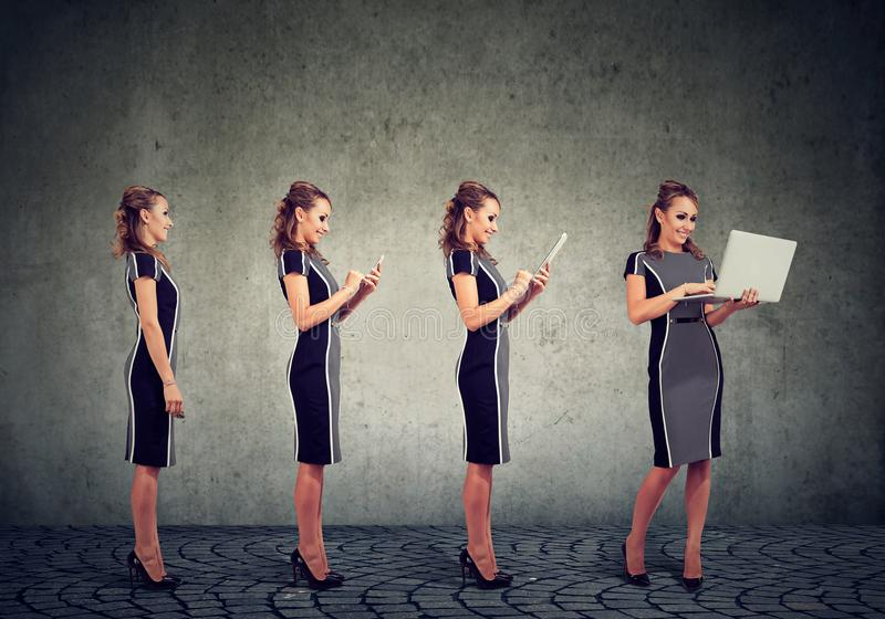 Modernt digitalt apparater och teknologiframstegbegrepp Affärskvinna som använder den mobiltelefon-, minnestavla- och bärbar dato royaltyfria bilder