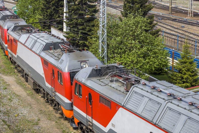 Modernt drev med vagnnärbild på den flyg- sikten för järnvägsstation royaltyfri fotografi