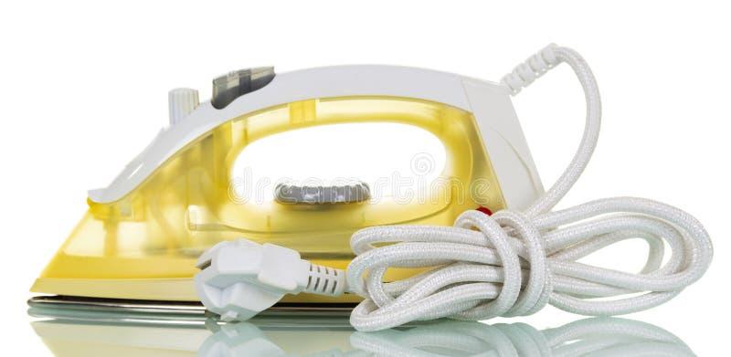 Modernt elektriskt ångajärn som isoleras på vit royaltyfri bild