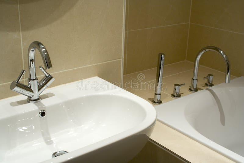 modernt följe för badrum royaltyfri foto