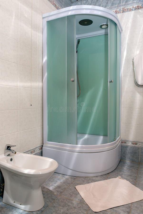modernt följe för badrumen royaltyfria foton