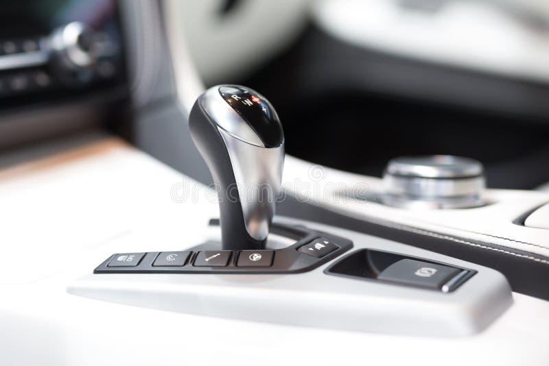 Modernt förskjutningskugghjul i lyxig bilinre arkivfoton