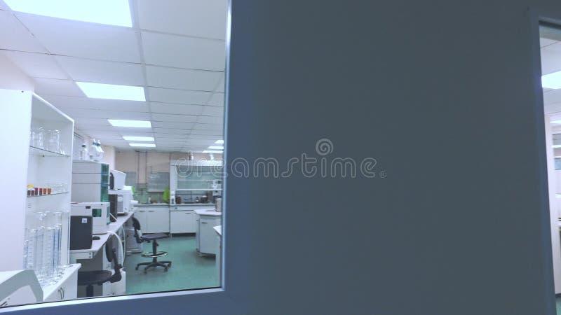 Modernt farmaceutiskt laboratorium Pov av forskaren som ser i labbrum lager videofilmer