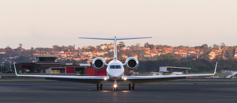 Modernt flygplan för privat stråle på landningsbana royaltyfri bild