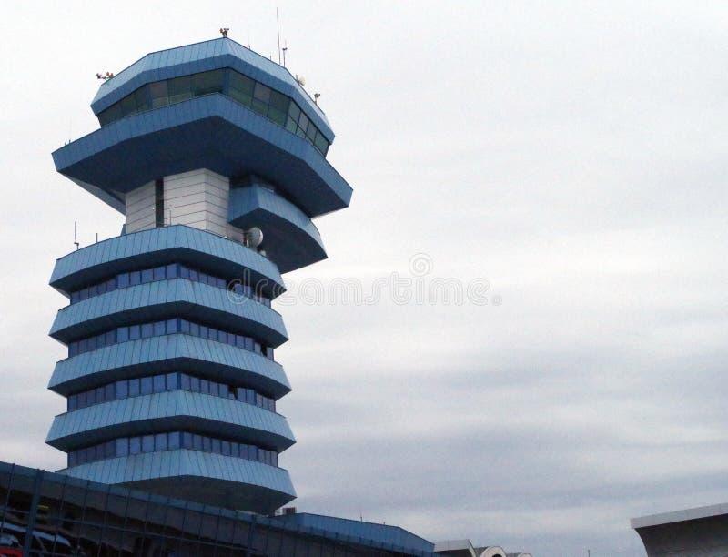 Modernt flygplatskontrolltorn royaltyfri foto