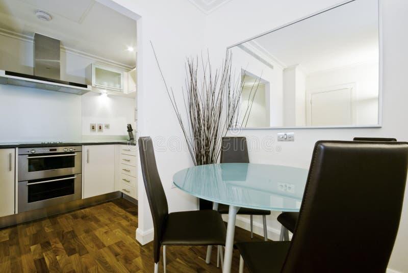 Modernt fullt passat kök med ett äta middag hörn fotografering för bildbyråer