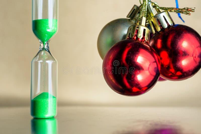 Modernt härligt grönt timglas med ljus bakgrund för kopieringsutrymme Övergående begrepp för timglastid för jul eller royaltyfri fotografi