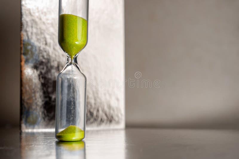Modernt härligt gult timglas med ljus bakgrund för kopieringsutrymme Övergående begrepp för timglastid för affär royaltyfria bilder