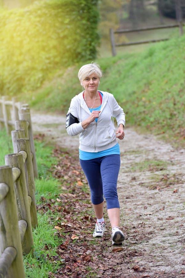 Modernt härligt högt jogga för kvinna arkivbilder