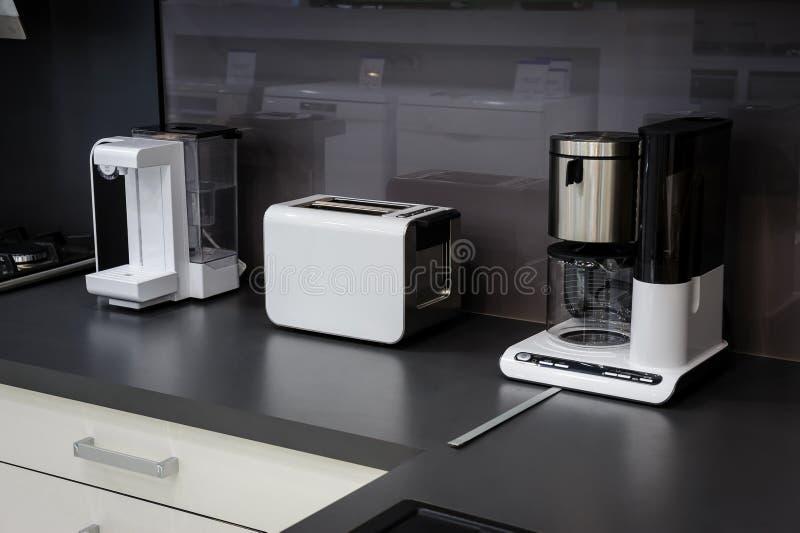 Modernt högteknologiskt kök, rengöringinredesign royaltyfria foton