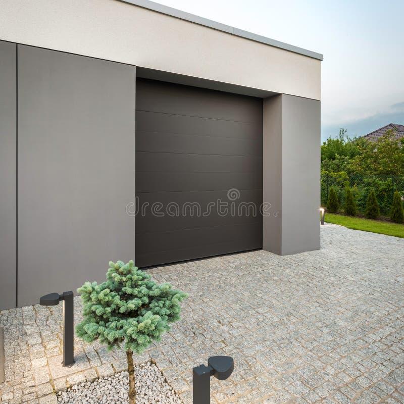 Modernt hem- garage arkivbilder
