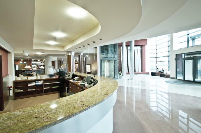 Modernt hotellmottagandeskrivbord royaltyfria foton