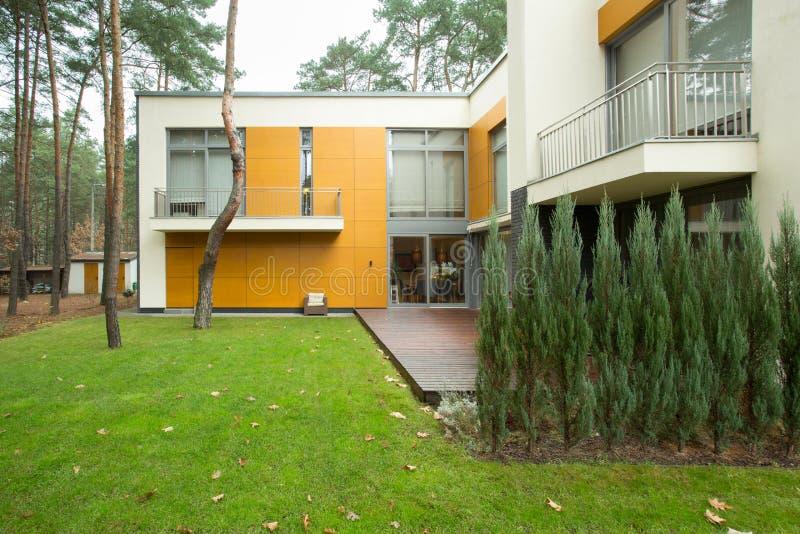 Modernt hus från yttersidan arkivfoto