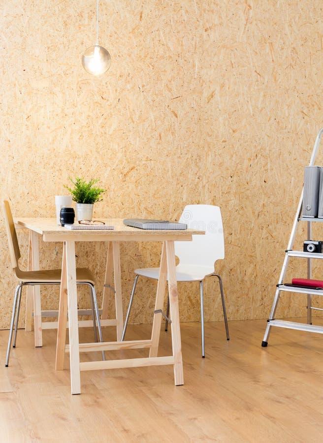 Modernt hus i industriell design arkivfoton