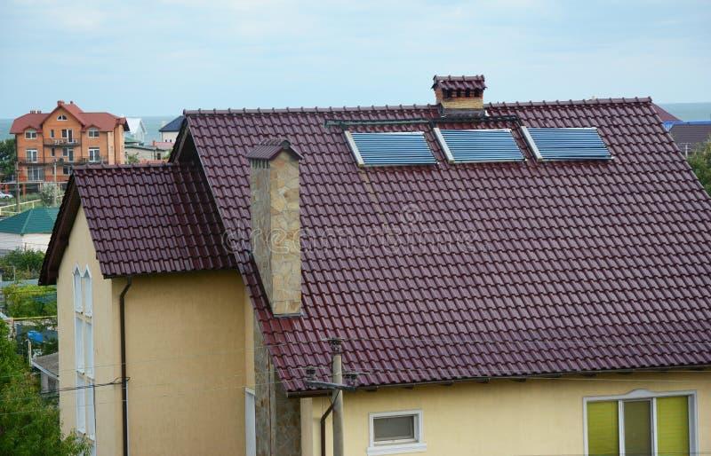 Modernt hus med det utomhus- begreppet för lösning för energieffektivitet Byggande sol- energi för hus, sol- vattenvärmeapparat royaltyfria foton