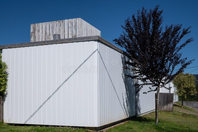 Modernt hus med metallisk cladding arkivfoto