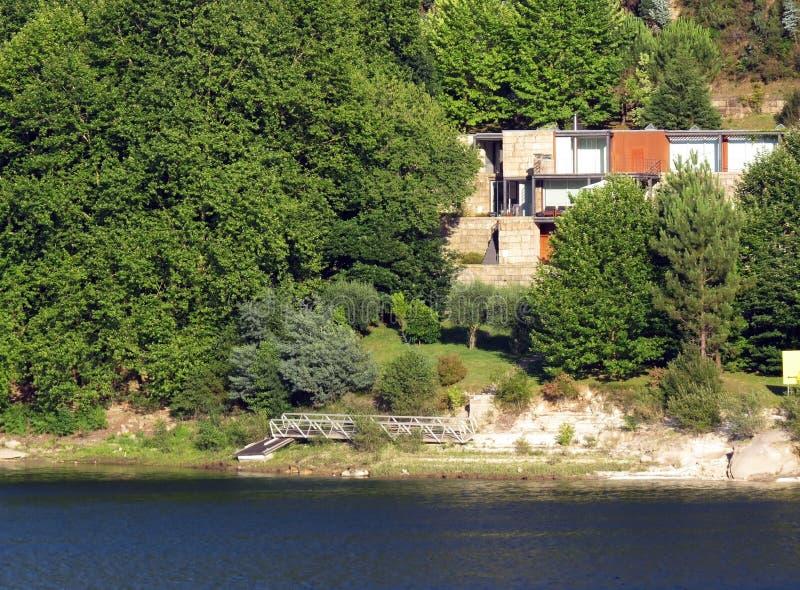 Modernt hus nära sjökusten arkivbilder