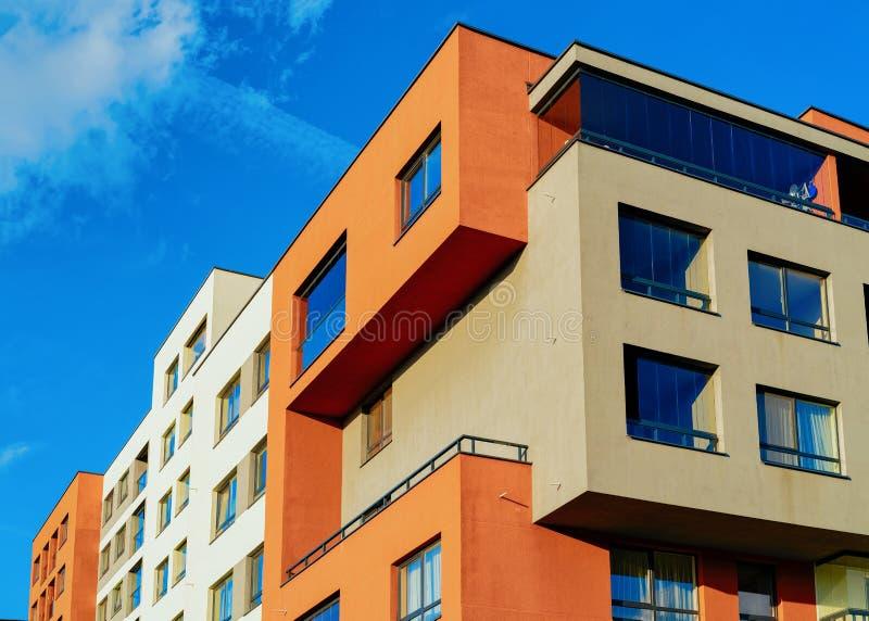 Modernt hus och hem- bostads- byggnadskomplexfastighet royaltyfri foto