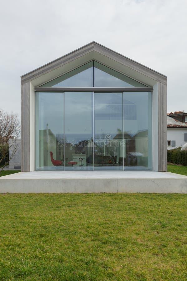 Modernt hus, yttersida arkivbilder