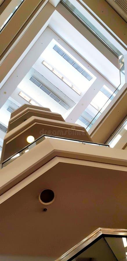 Modernt inom arkitektur och golv arkivfoton