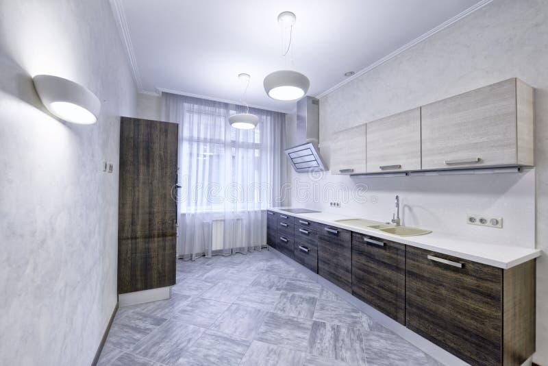 Modernt kök för inredesign i det nya huset royaltyfri foto