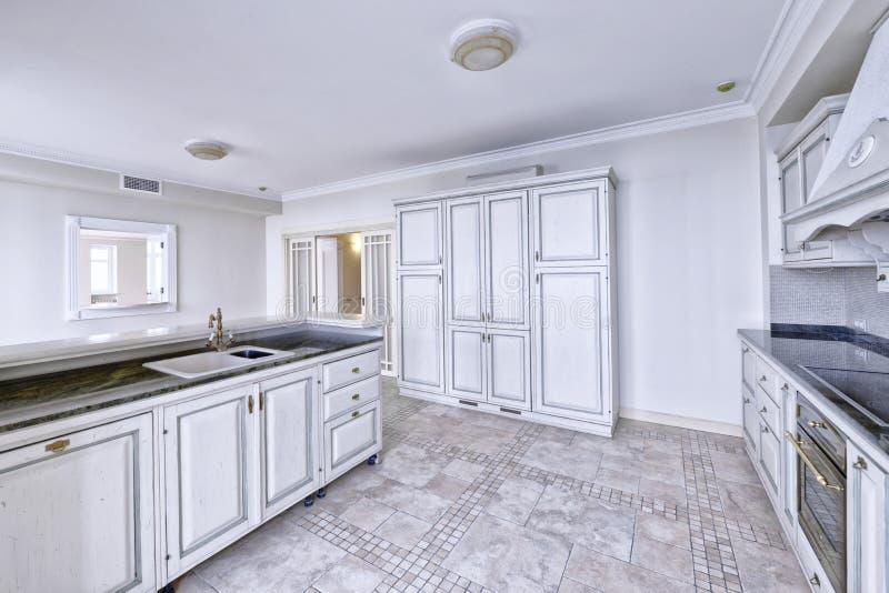 Modernt kök för inredesign i det nya huset royaltyfria foton