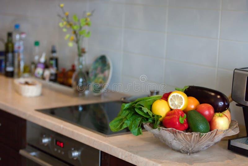 Modernt kök i den ljusa lägenheten royaltyfri foto