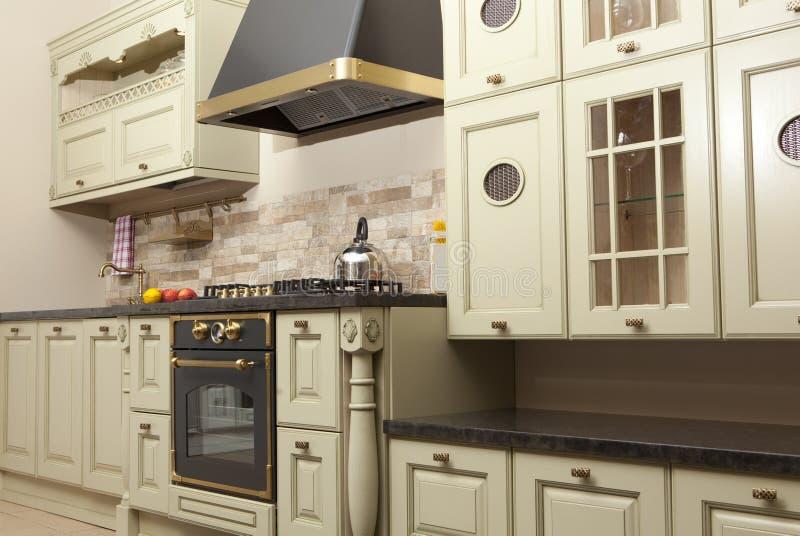 Modernt kök i det nya huset royaltyfri fotografi