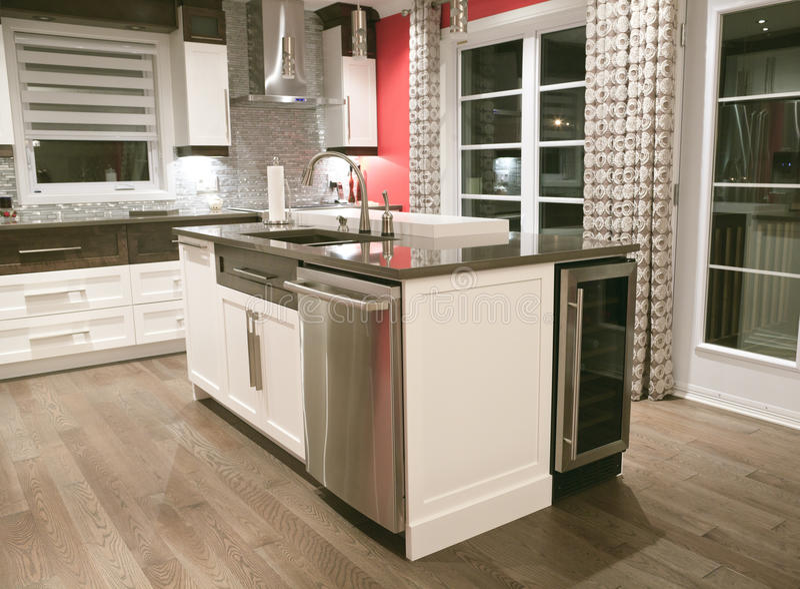 Modernt kök i ett splitterny hus royaltyfri fotografi