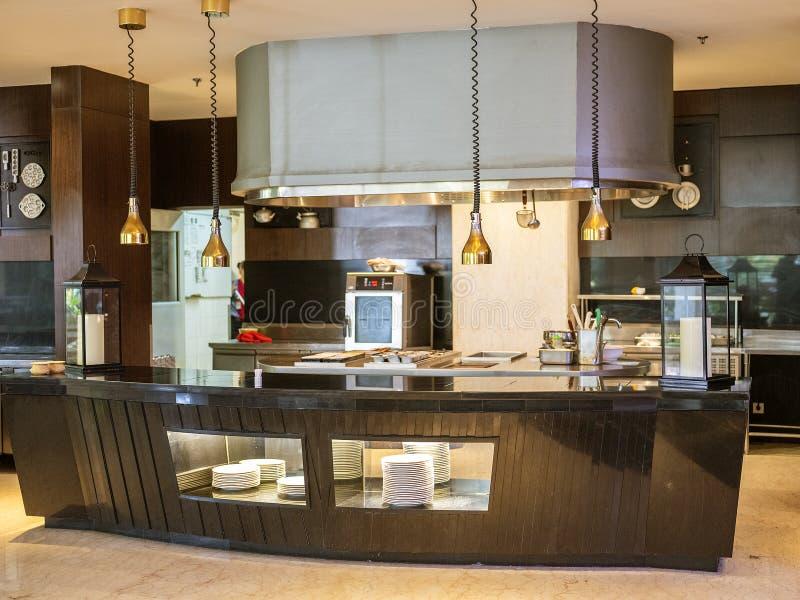 Modernt kök i huset som lokaliseras i Bandung, Indonesien arkivfoto