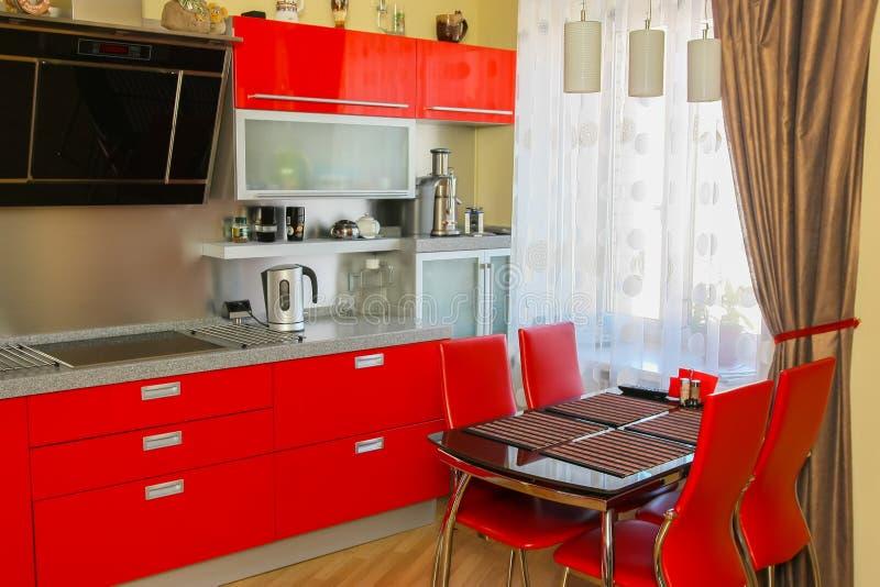 Modernt kök i röd färg royaltyfri foto