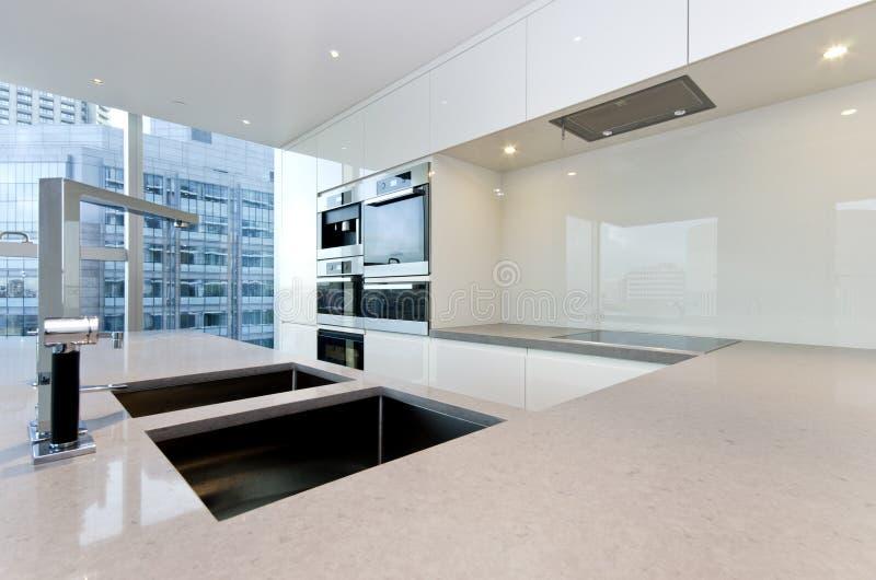 Modernt kök med bästa specifikations-anordningar arkivbild
