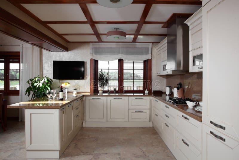 Modernt kök med stilfullt möblemang arkivfoton