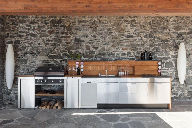 Modernt kök som är utomhus- royaltyfri fotografi