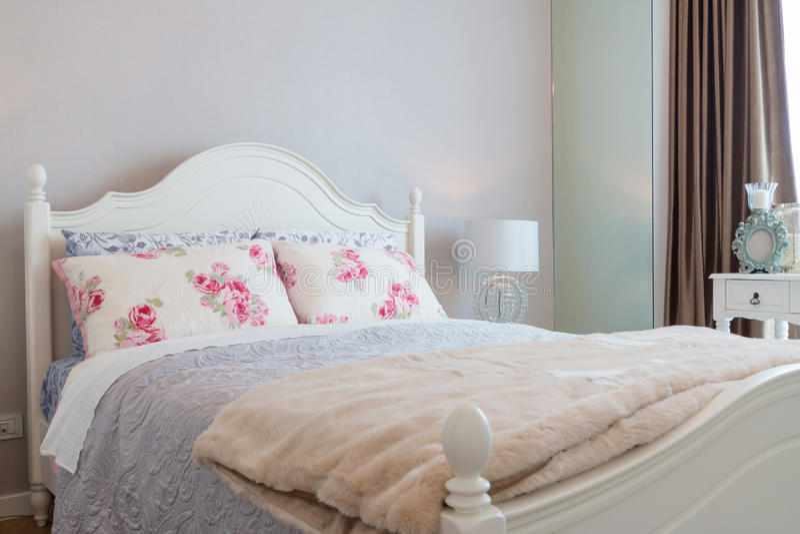 Modernt klassiskt sovrum arkivbilder