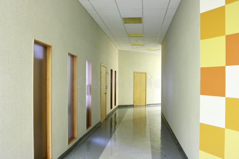 modernt kontor för korridor arkivfoto
