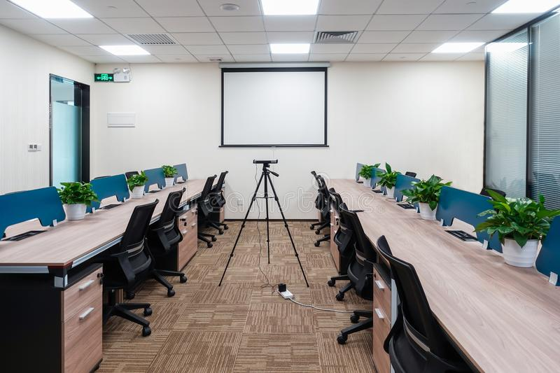 Modernt kontorsarbetsst?lle i kommersiell byggnad arkivfoto