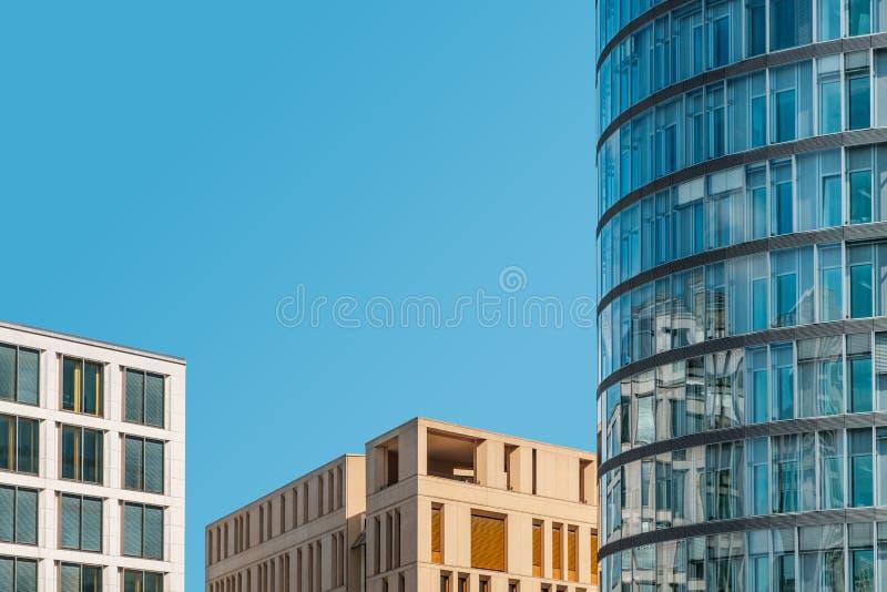 Modernt kontorsbyggnader och kopieringsutrymme för blå himmel - fastighetbegrepp arkivfoton
