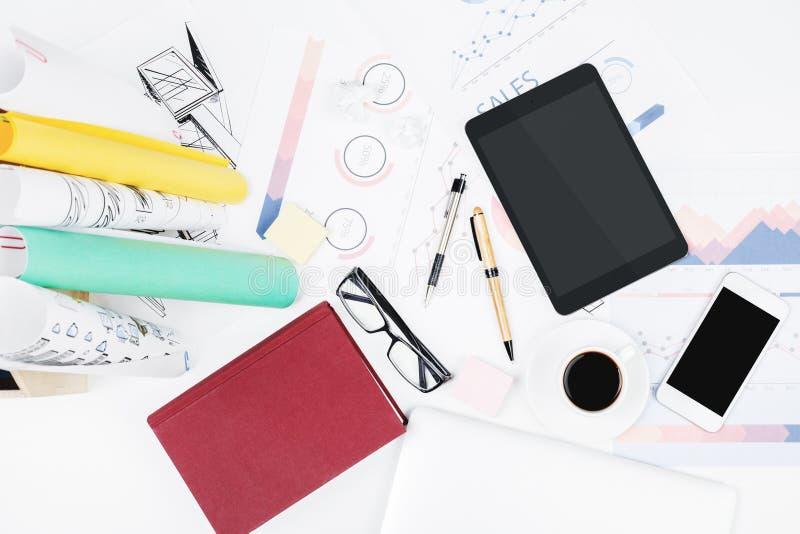 Modernt kontorsskrivbord med den tomma minnestavlan arkivfoton