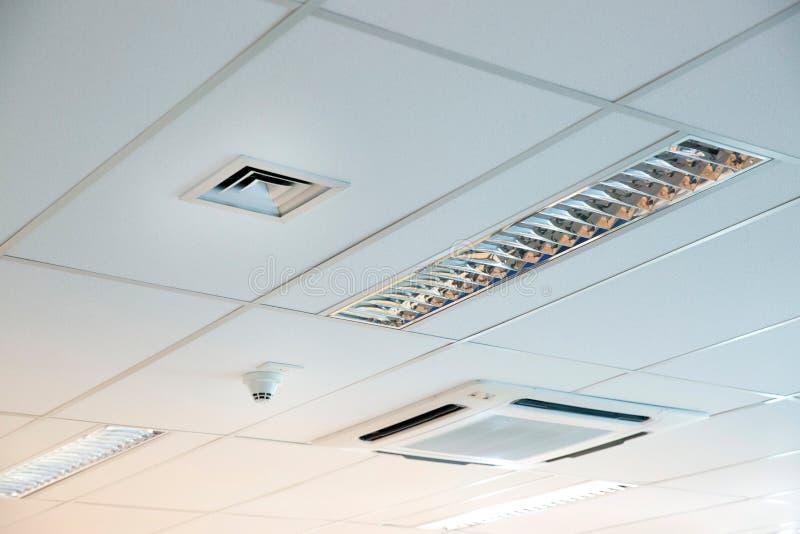 Modernt kontorstak med det betingande systemet och ventilation för luft royaltyfri fotografi