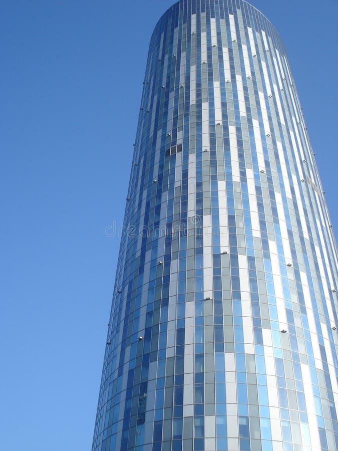 Modernt kontorstorn på blå himmel royaltyfria foton