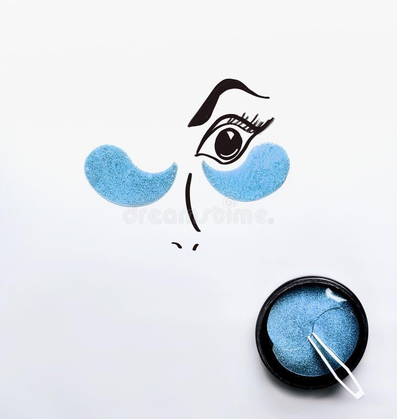 Modernt kosmetiskt begrepp Målade ögon med blåa hydrogelögonlappar Anti-åldras och lyfta Framsidahudomsorg Hydratisera och royaltyfri fotografi