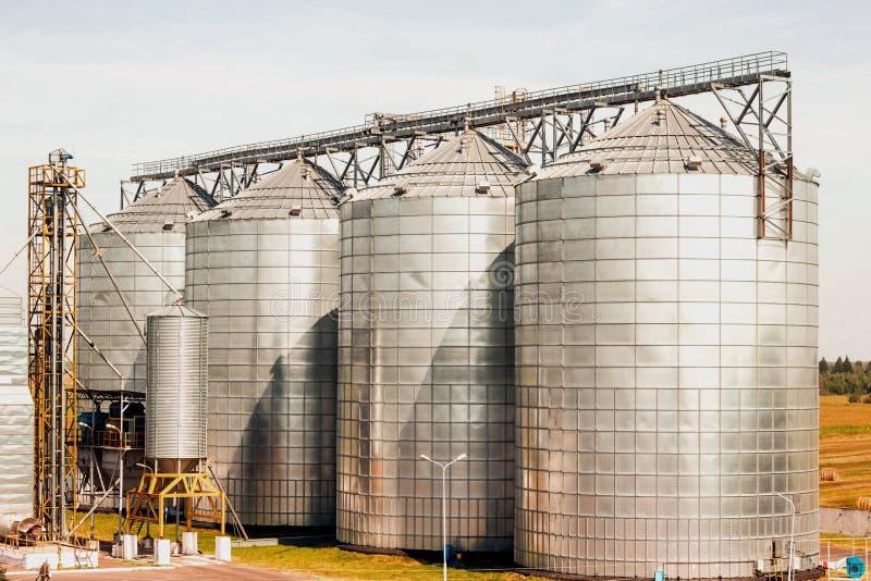Modernt lantgårdkomplex för att lagra korn, sädesslag, havre och rapsen, jordbruk, silo arkivfoton