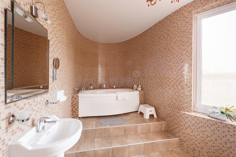 Modernt lyxigt badrum med badkaret och fönstret tolkning 3D av ett kontorsutrymme arkivfoton