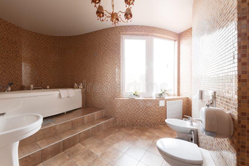Modernt lyxigt badrum med badkaret och fönstret tolkning 3D av ett kontorsutrymme fotografering för bildbyråer