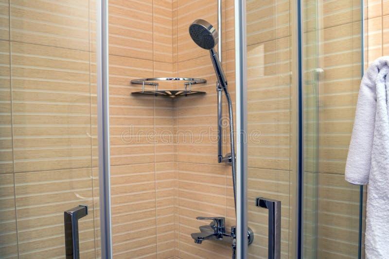 Modernt lyxigt duschbås royaltyfria bilder