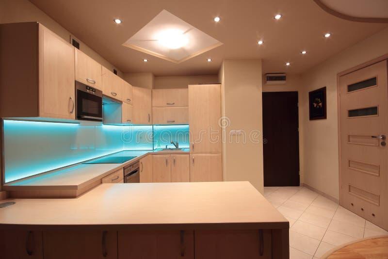Modernt lyxigt kök med blått LEDDE belysning fotografering för bildbyråer