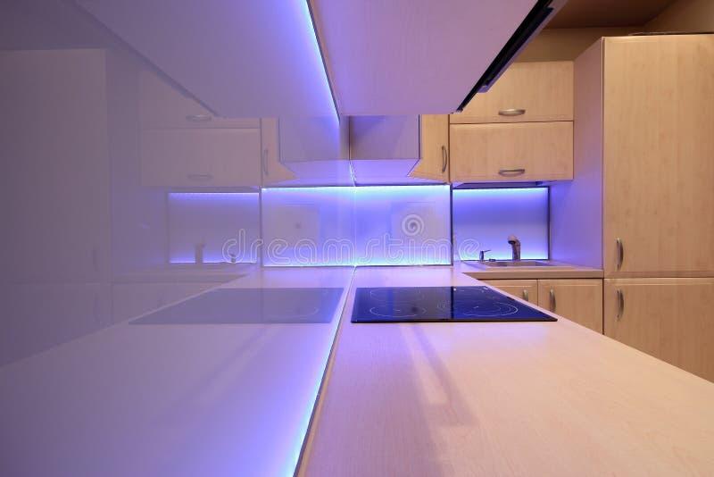 Modernt lyxigt kök med lilor LEDDE belysning arkivfoton