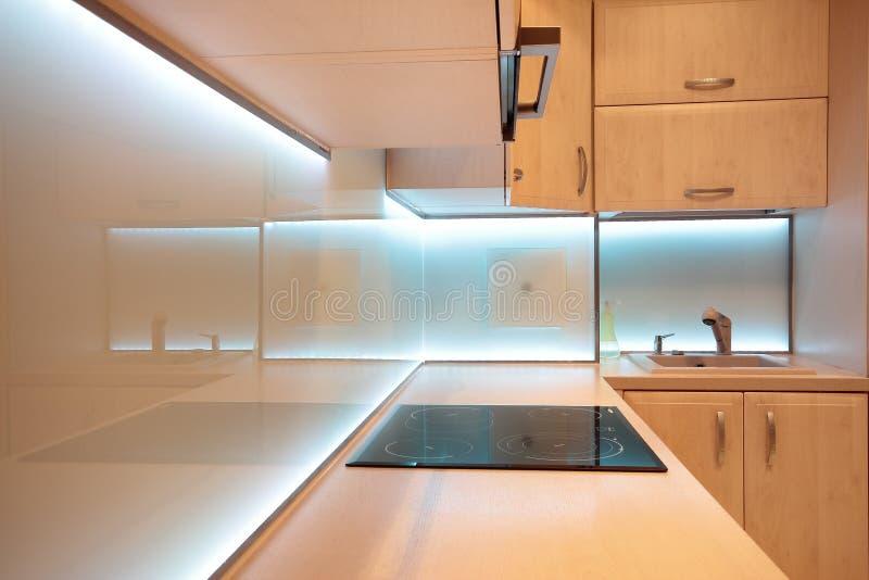 Modernt lyxigt kök med vit LEDDE belysning royaltyfri bild