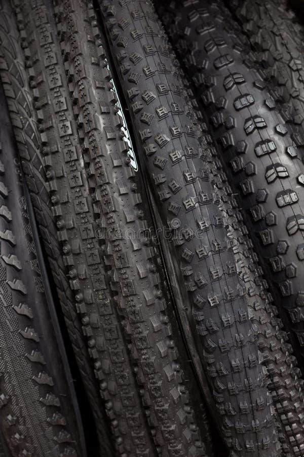 Modernt mountainbikegummihjul Beståndsdel av cykeln Stort val av gummihjul royaltyfri bild